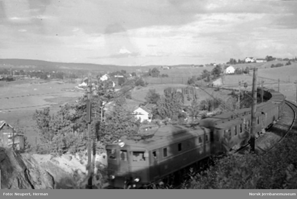 Elektrisk lokomotiv El 5 med persontog mellom Lillestrøm og Strømmen