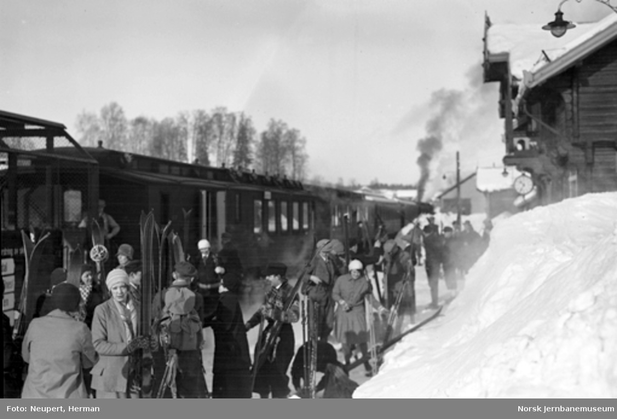 Persontog og skiturister på Hakadal stasjon
