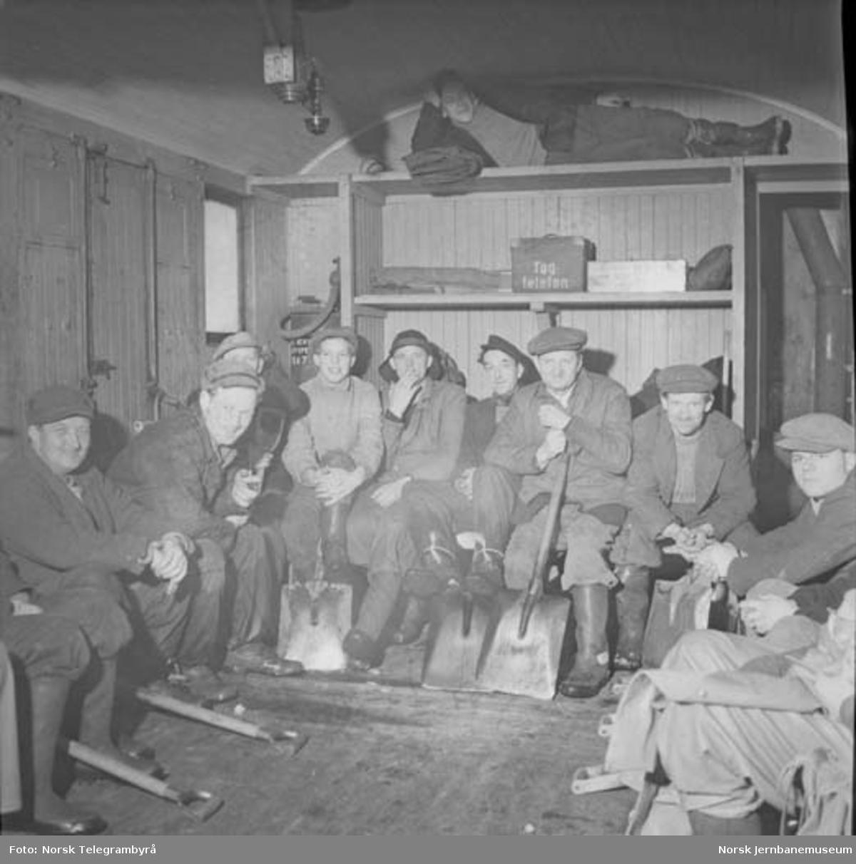 Snørydding på Nelaug og Treungenbanen : mannskaper, transport, spising