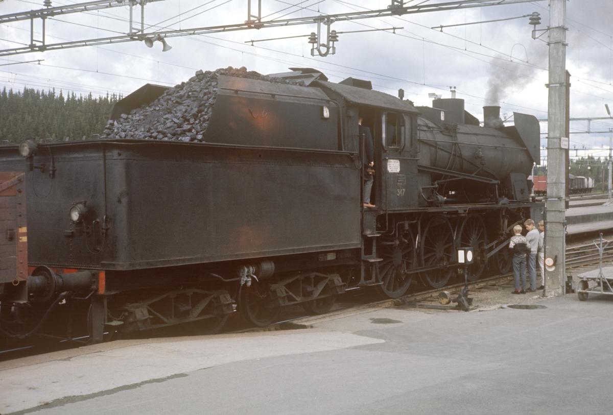 Damplok type 30b nr. 347 på Eina stasjon, foran A/L Hølandsbanens veteratog til Skreia.