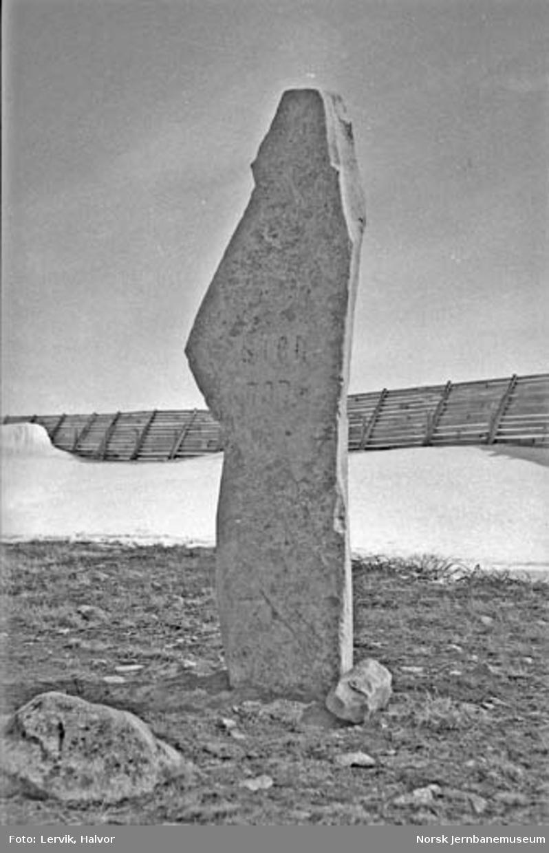 Steinstøtte ved det høyeste punktet på riksveg 50 over Saltfjellet