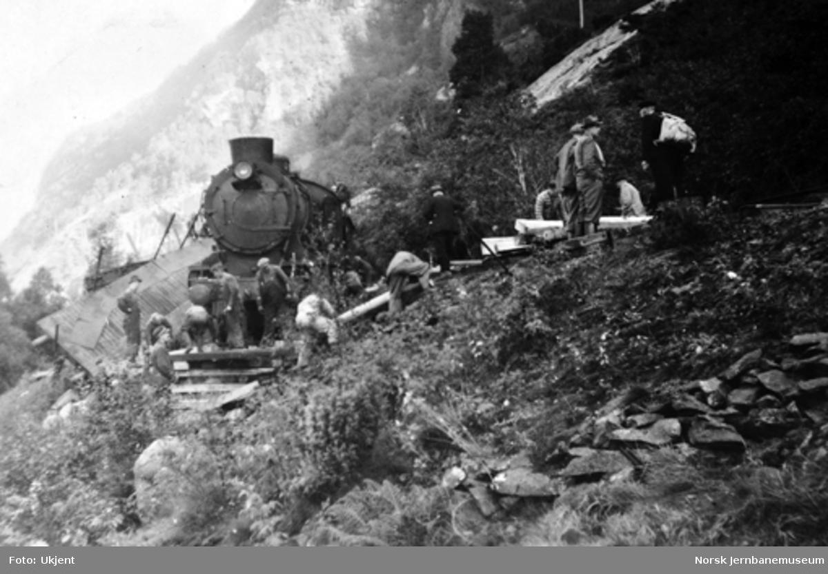 Avsporet lokomotiv i tog 5511 ved Skreien på Vossebanen