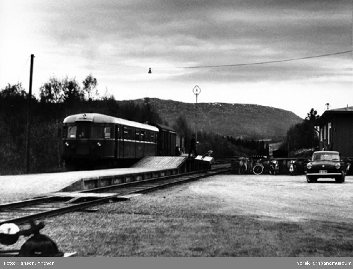 Motorvognen fra Grong til Namsos på Overhalla stasjon : lossing av gods