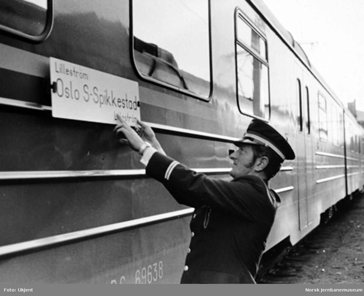 Åpningen av Oslo-tunnelen : Skilting av Spikkestad-toget før avgang fra Lillestrøm