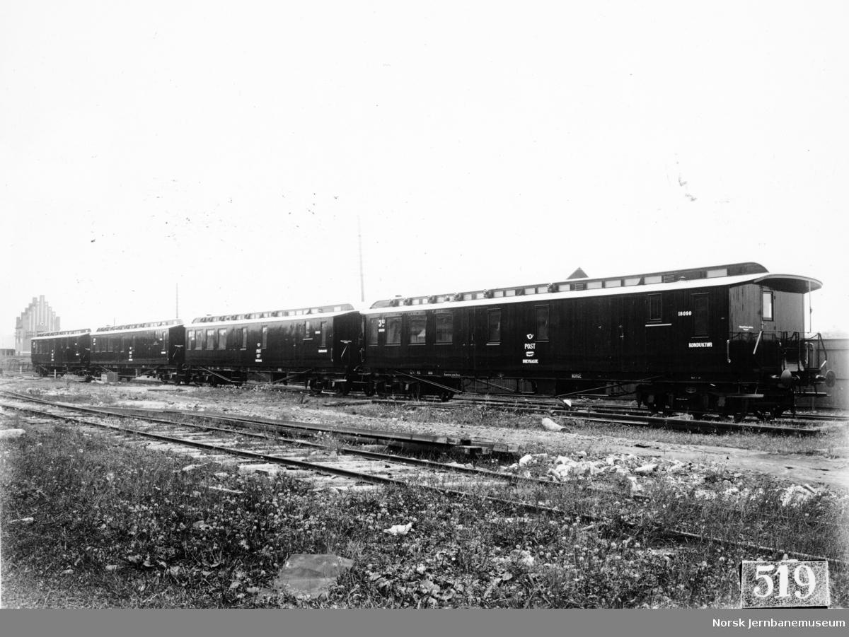 Fire person-, post- og reisegodsvogner ved leveransen fra Svenska Järnvägsverkstaderna, Linköping med vogn litra CDFo nr. 18090 fremst