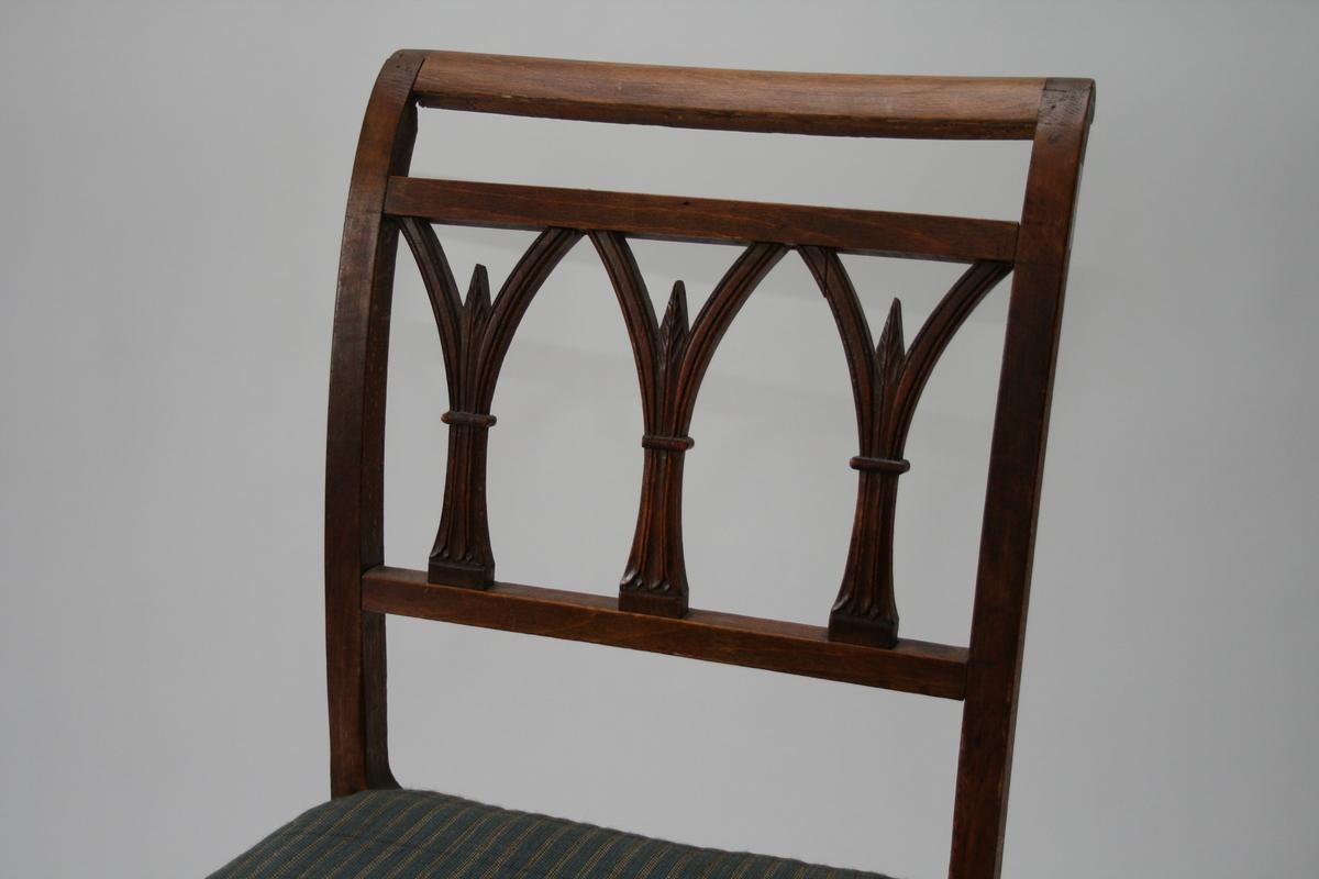 En av 12 like stoler