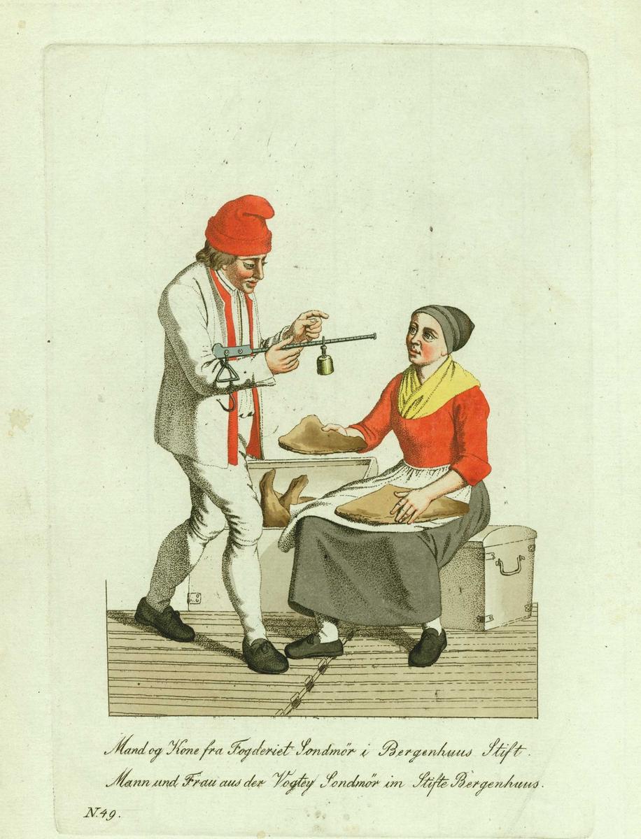 Mann og kone i folkedrakter fra Sunnmøre, Møre og Romsdal, han med bismer for veiing av klippfisk, hun holder i hånden. Hun sitter på en kiste, en annen kiste er fylt med klippfisk.