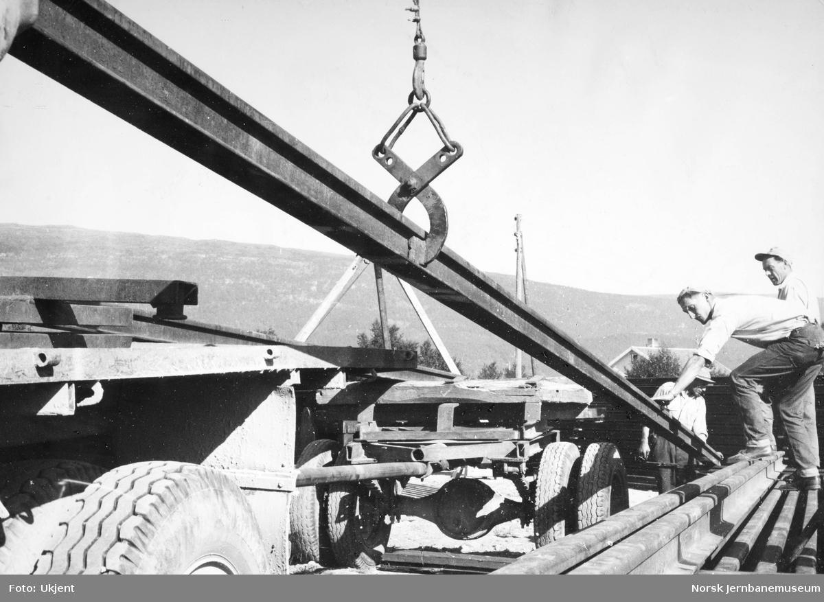 Opplasting av skinner på bil på Fauske for transport til Bodø