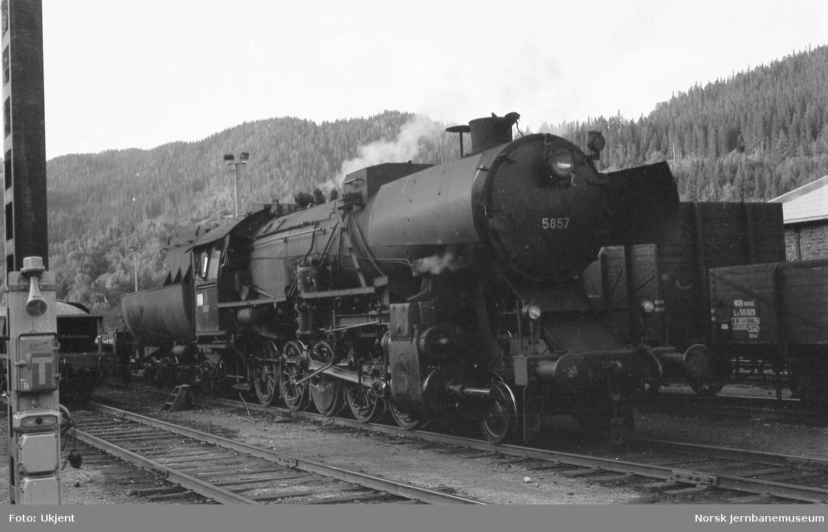 Damplokomotiv type 63a nr 5857 med arbeidstog