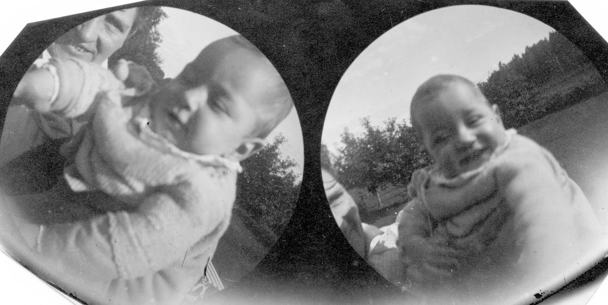 Fru dr. Elling Holst med datter Aagot som baby i hage.