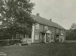 Garsvik, Aurskog-Høland, Akershus. Hovedbygningen, mennesker
