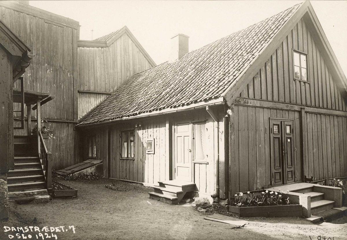 Hus i bakgården til Damstredet 7, Hammersborg, Oslo. 1924.
