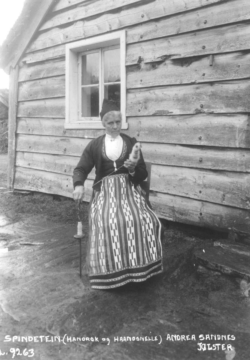 Spinning på håndtein. Andrea Sandnes med håndrokk og håndsnelle. Jølster, Sogn og Fjordane ca 1925.