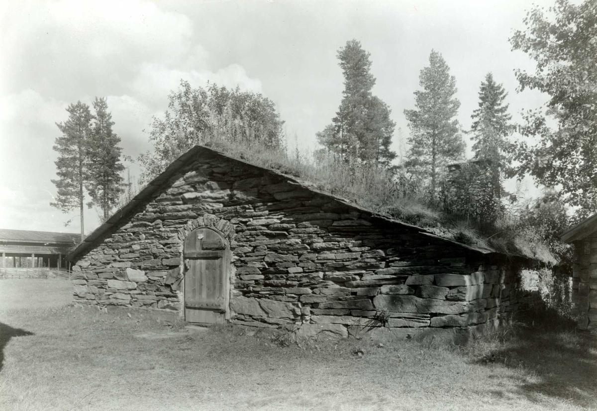 Brennbakken, Tynset, Nord-Østerdal, Hedmark. Stenfjøs. Nå på Glomdalsmuseet.