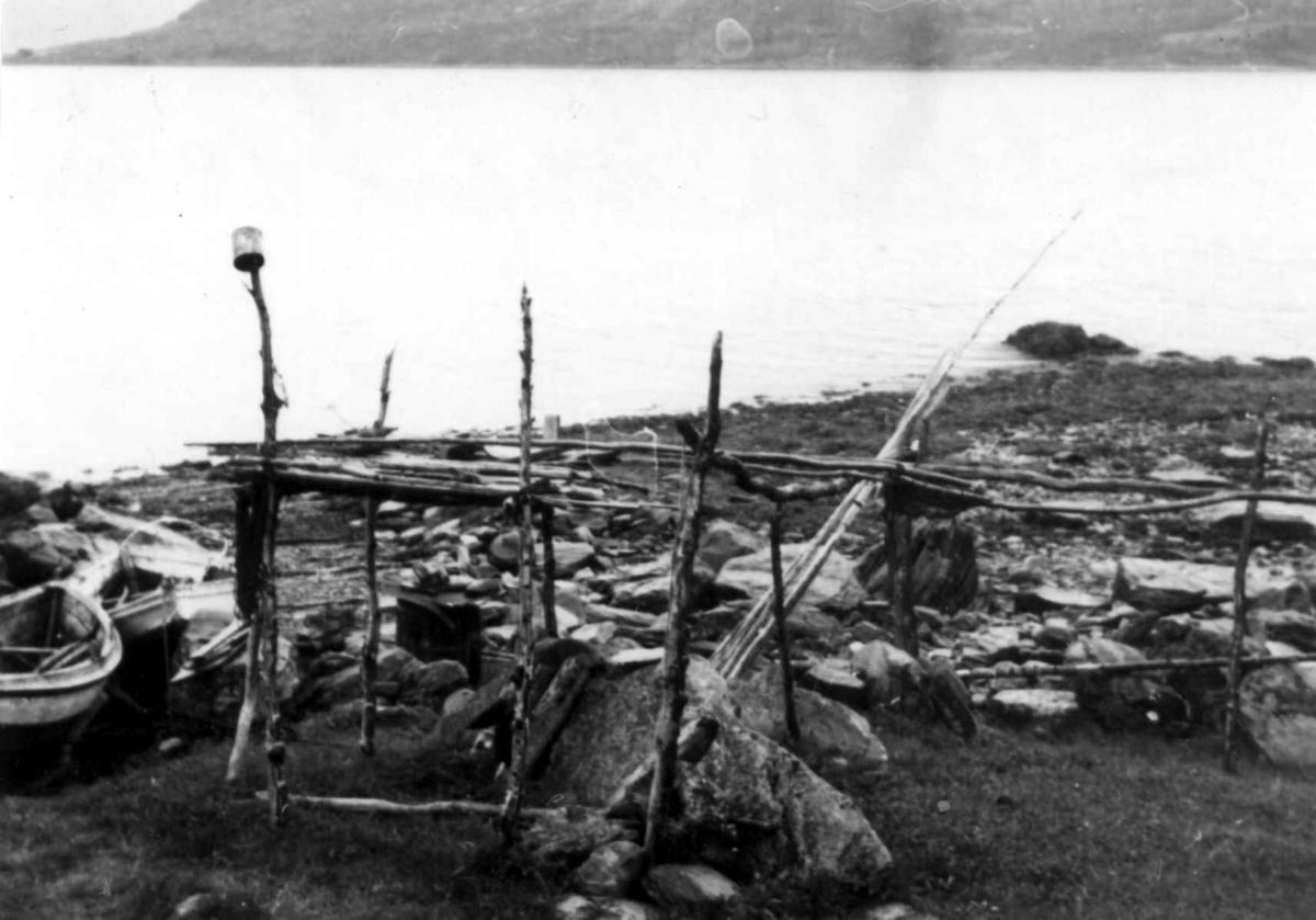 Garnhjell, stativ til oppheng av fiskegarn. Stordalen 1948.