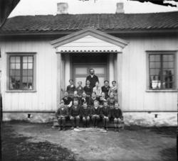 Skolestue, muligens på Dal gd., Ullensaker, ca. 1885. Skolel