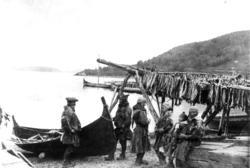 Karesuando-samer ved robåt på sommeropphold i Lyngseidet ca.