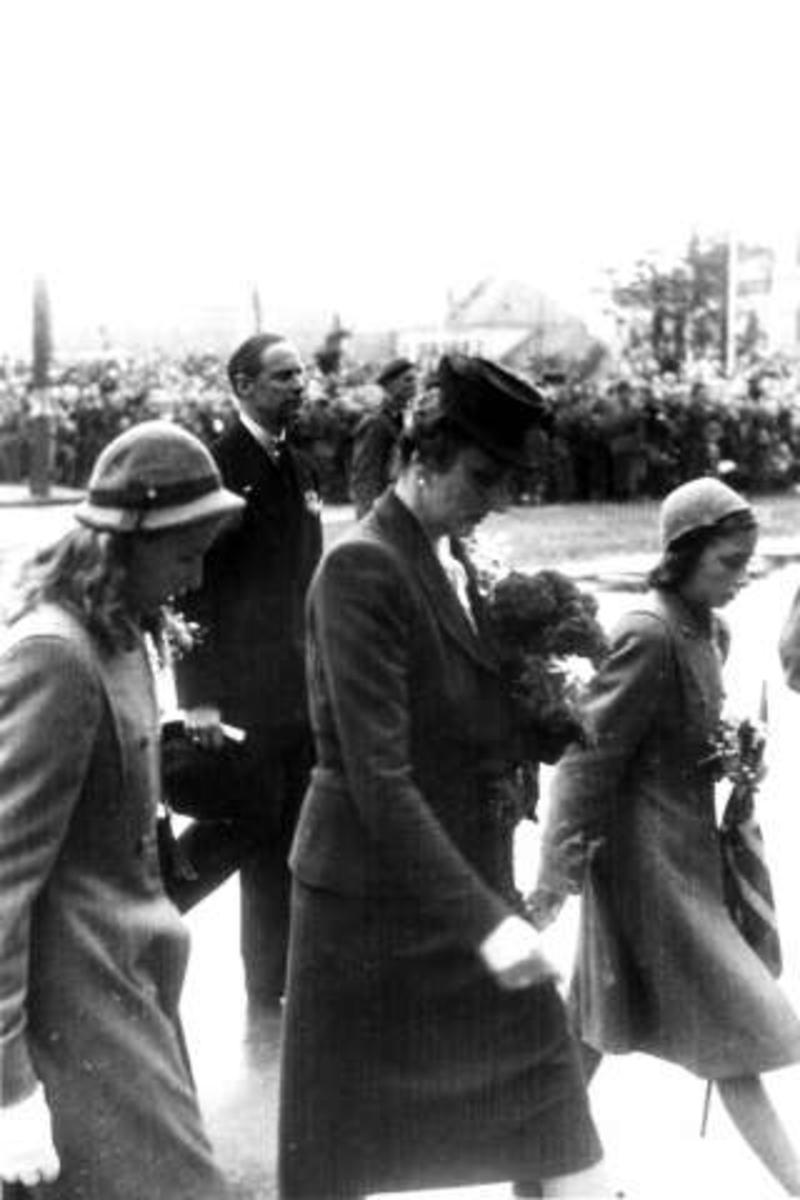 Fra Oslo under fredssdagene i 1945.7.juni Kongen kommer tilbake. Her foran Rådhuset. Kronprinsesse Märtha, Prinsesse Ragnhild og Prinsesse Astrid.