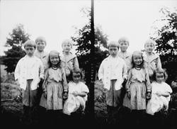 Fem barn oppstilt utendørs for fotografering, muligens noen