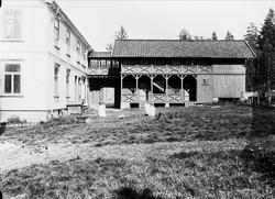 Gårdsplassen, Nedre Digerud, Frogn, Akershus, 1902. Margreth