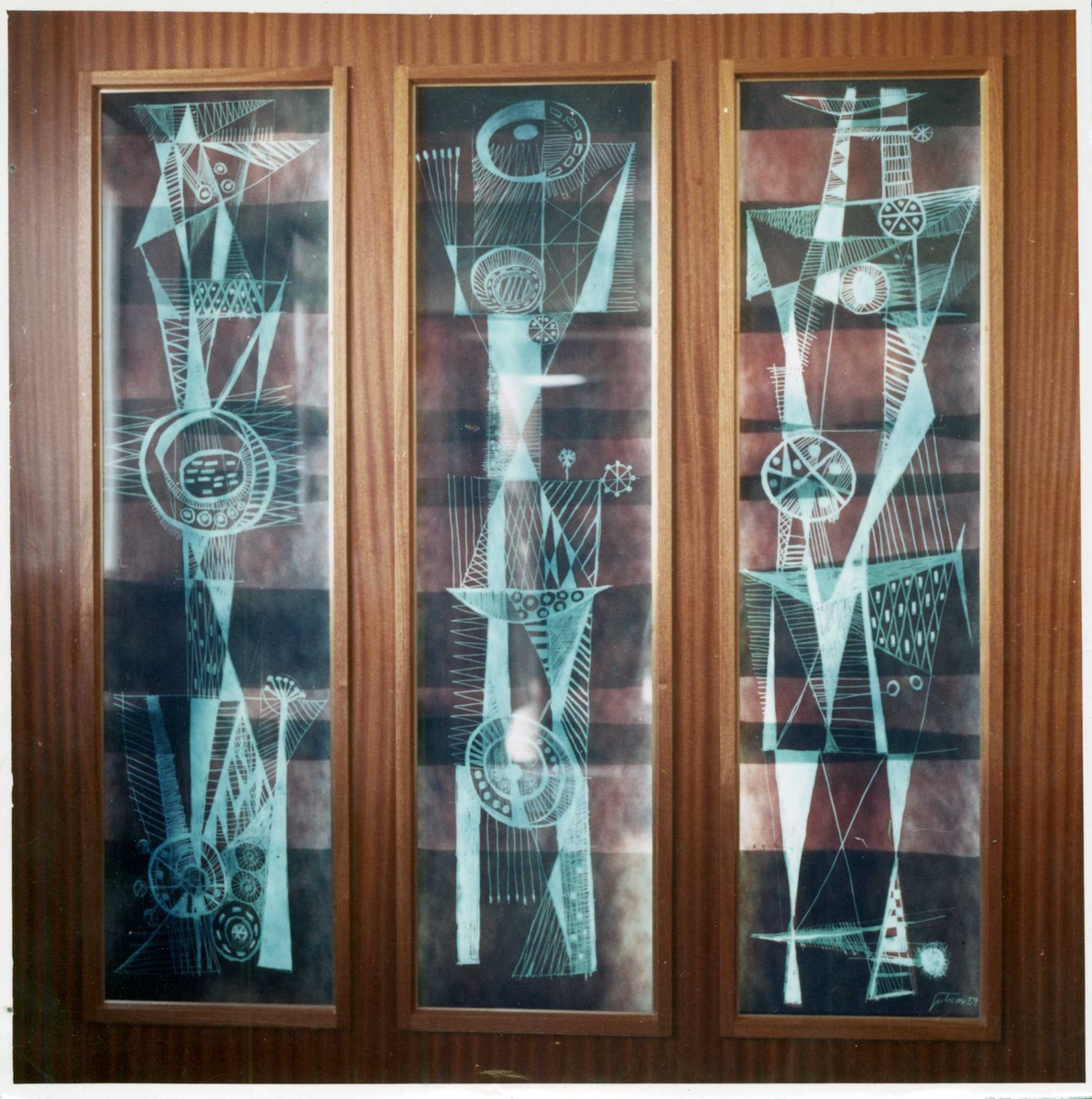 Tre utsmykkede glassvinduer i Jevnaker Apotek