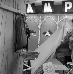 Serie. Campingutstyr til salgs. Fotografert juli 1957.