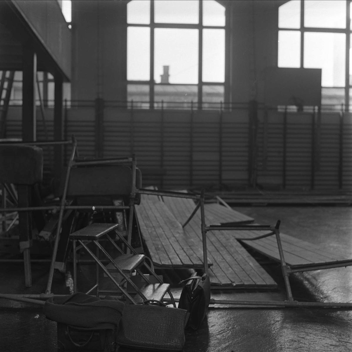 Tribuner i turnhall som har rast sammen, oktober 1962.