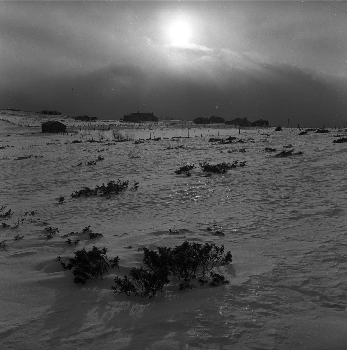 Rondablikk, Nord-Fron. Oppland, påsken 1957. Fjellandskap med setre.