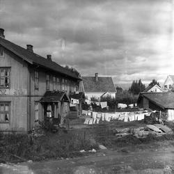 Strømmen, Skedsmo, Akershus, 10.09.1957. Trehus med klesvask