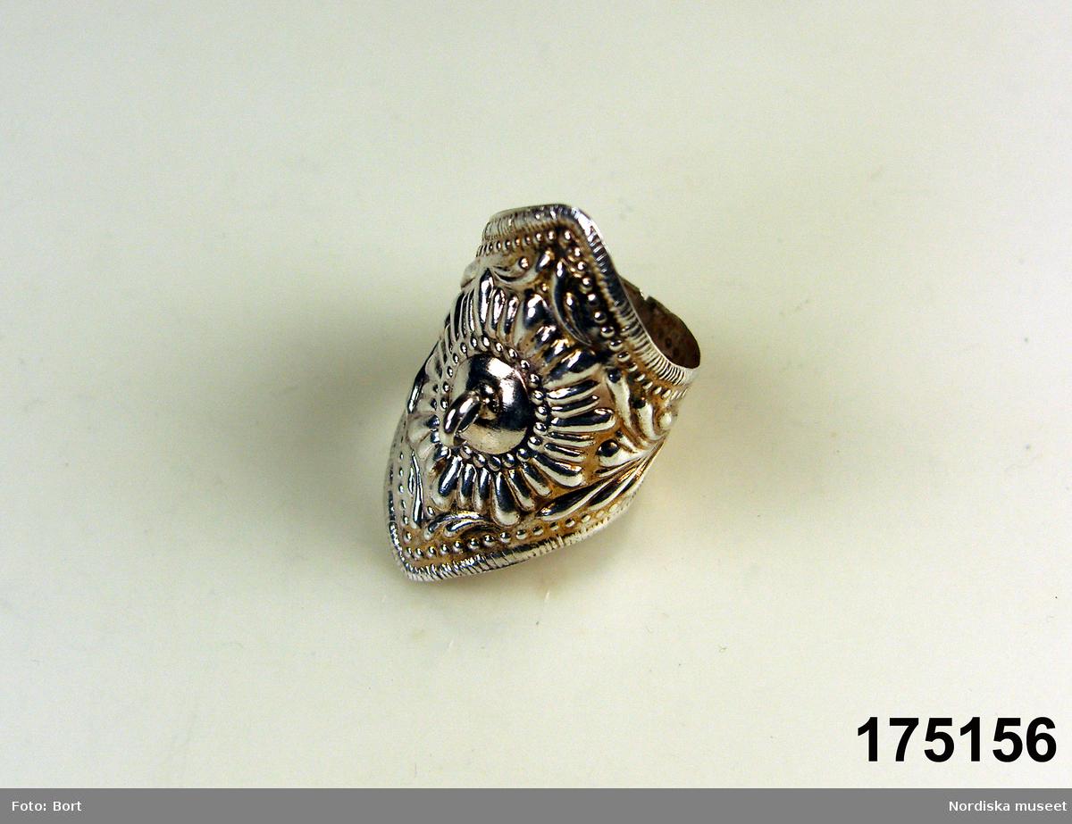"""Huvudliggaren: """"Fingerring av silfver, prässad med bred framsida med ögla för hängade  liten ring. stämplad 'A I I'."""""""