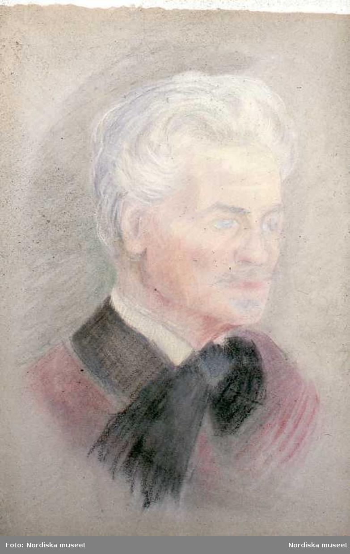 August Strindberg var författare och dramatiker, men även konstnär och fotograf. Han sökte ständigt nya konstnärliga uttrycksformer och det blev naturligt för honom att experimentera med fotokonsten på olika sätt. Han tog flera välkända självporträtt och intresserade sig även för astronomisk fotografi och färgfotografi.