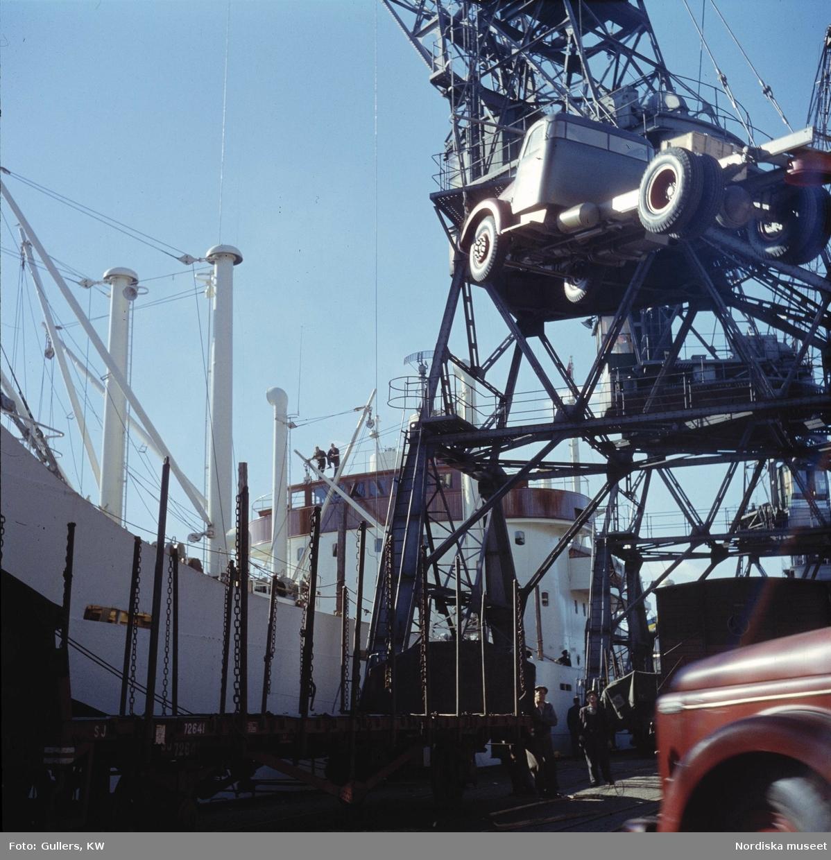 Göteborg. Kran lyfter lastbil i hamnen.