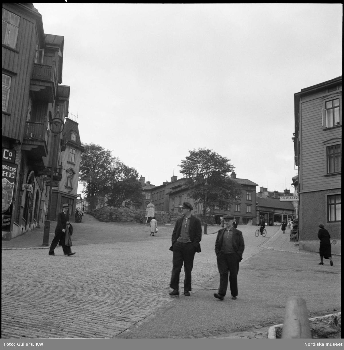 Göteborg, Masthugget. Två män på gata.