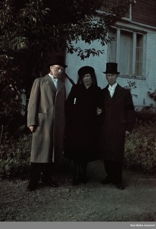 Gunnar Lundh (1898-1960), son till Peter P. Lundh, var en av de första i Sverige att använda småbildskameran (Leicakameran). Under första världskriget arbetade han i Tyskland som porträttfotograf. Efter konststudier i Köpenhamn återvände L. till Sverige. Han skapade under många år ett eget bildbyråarkiv bland annat med tidig färgfotografi från 1937 och framåt. Som dokumentärfotograf utförde han tillsammans med Ivar Lo-Johansson det närmast klassiska bildverket Statarna i Bild (1948).
