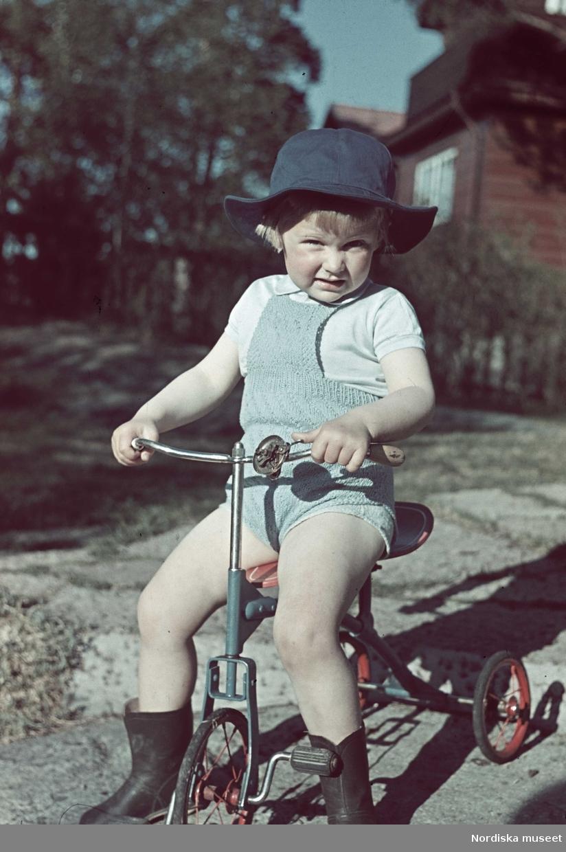 Pojke på trehjuling.