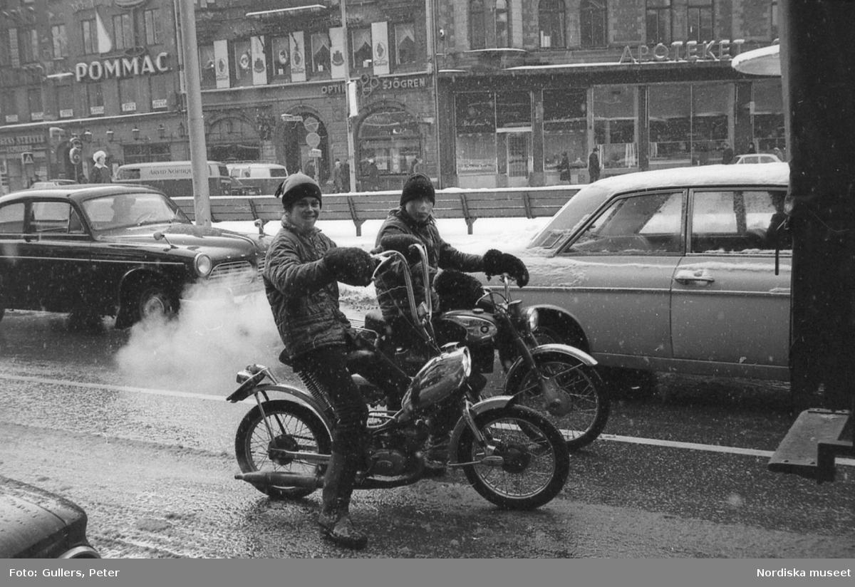 Två pojkar på moped vid Stureplan, Stockholm