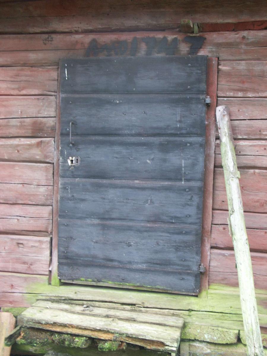 Dörr på bodlänga, Övernuttö, Börstils socken, Uppland januari 2005