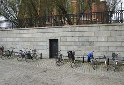 Granitmuren mot Valvgatan och Riddartorget från 1852, kvarte