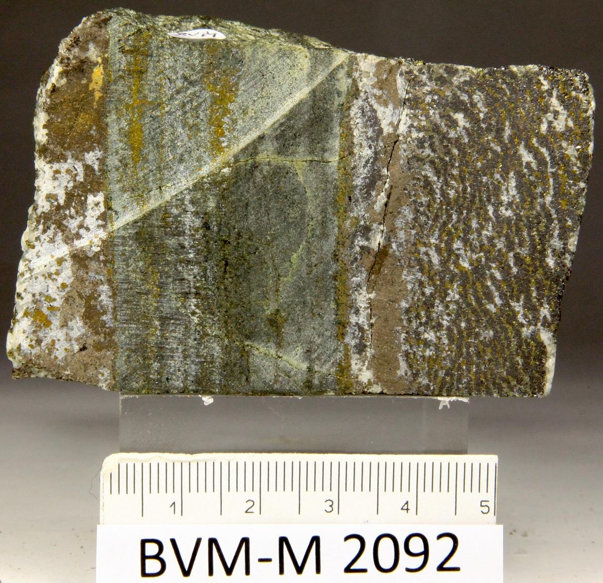 Skåret stykke av magnetitt/kismalm. Viscaria gruve. Stuffstørrelse: 7X4,8X2,5