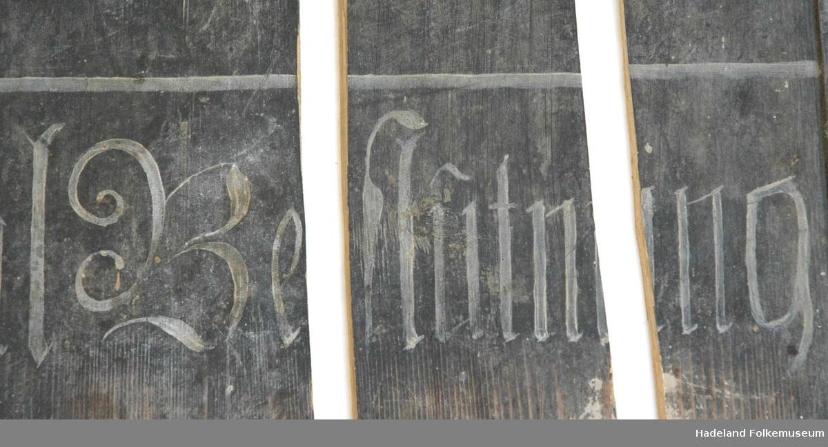 Salmenummertavle i tre. Tre deler, en del mangler.
