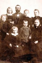"""Familiebilde fra Reddal  med røtter fra Grindheim. Knut Haaland kom som """"barnevandrer"""" gjeter fra Grindheim til Landvik som 16 åring."""