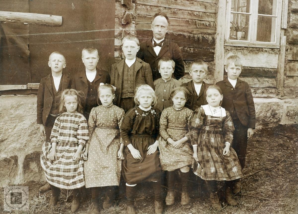 """Skoleklasse samlet utenfor """"Hola"""" på vestre Sveindal i Grindheim senere Audnedal."""