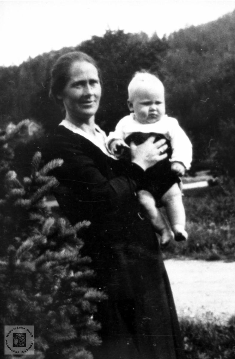 Portrett av mor Gunvor Nilsen og Jacob Bernhard Nilsen, tidligere Bjelland, nå Audnedal.
