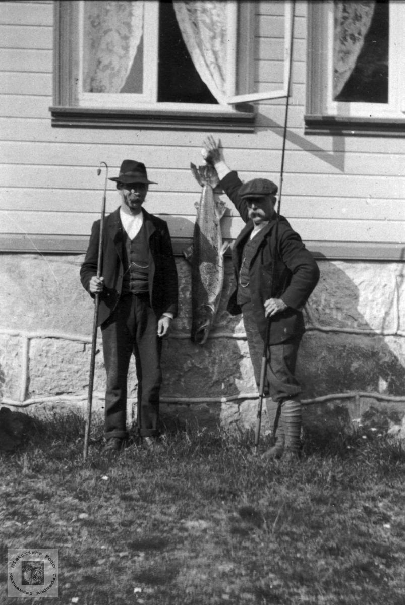 """Portrett av """"Lakselord"""" Vernon og hjelper, Abraham Mjåland med laks."""