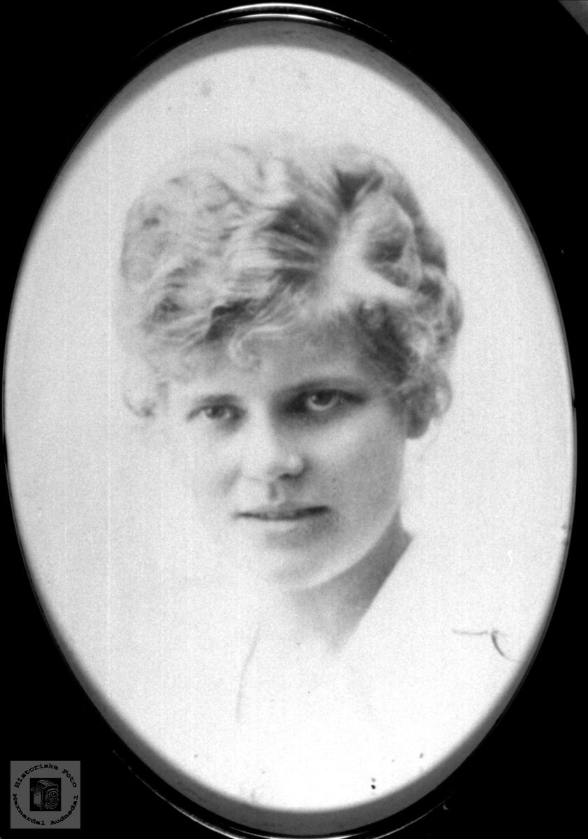 Portrett av Bertine Skuland, Sveinall, Laudal.