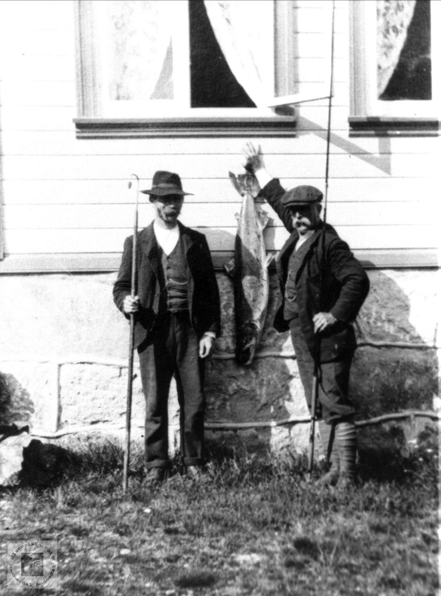 Stolte laksefiskere. Abraham Mjåland og engelskmannen Vernon.