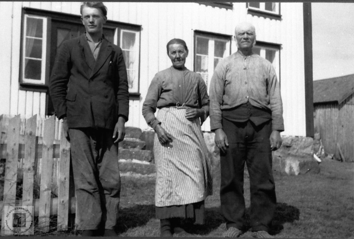 Foreldre og sønn. Vollen, Tisland, Laudal.