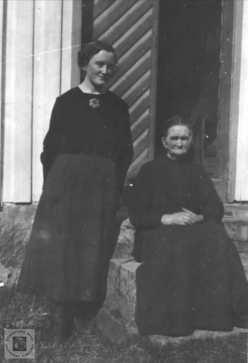Portrett av mor og datter Tone Øyslebø og Berta Skjævesland, Øyslebø.