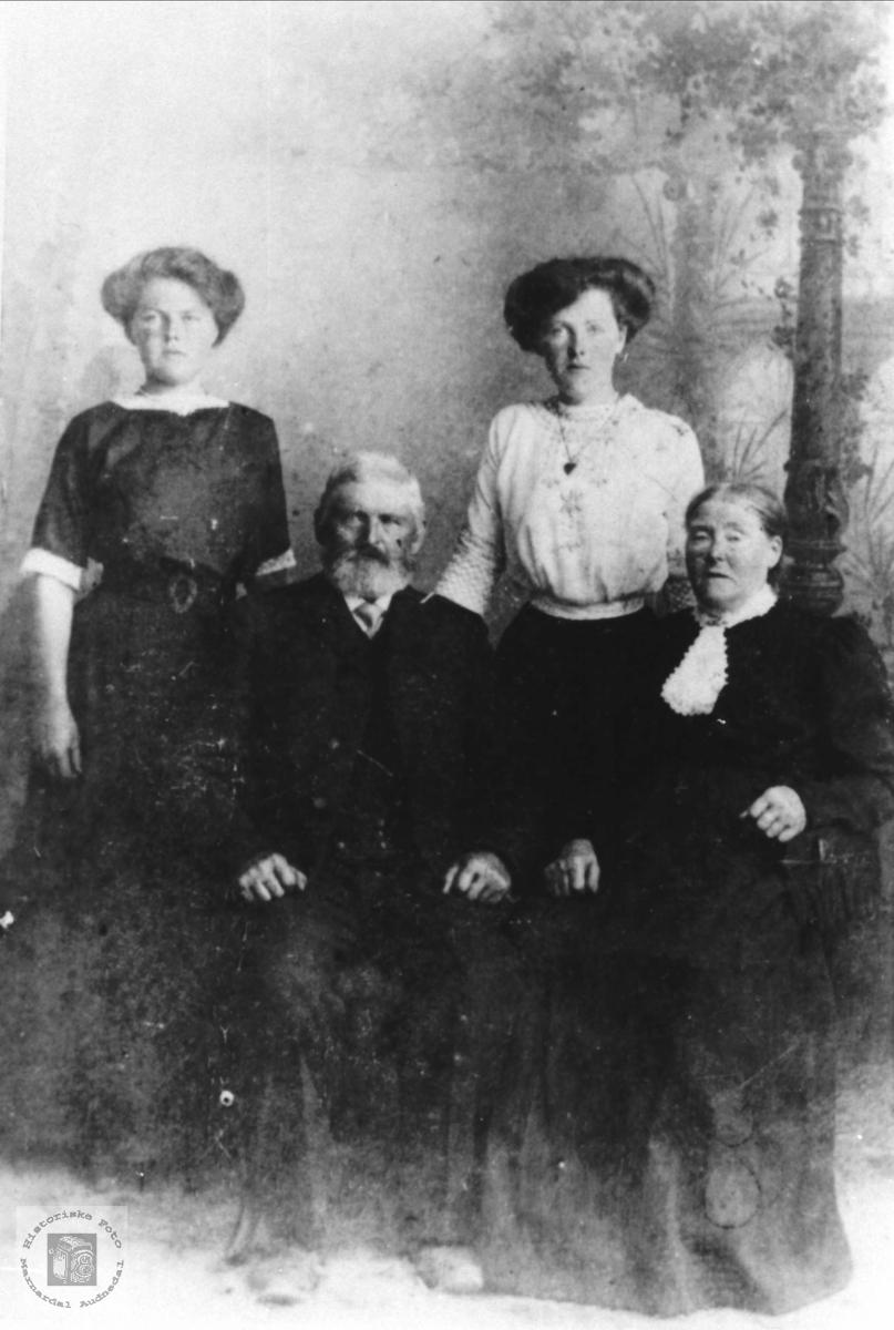 Foreldre og søster til Anna D. Tjomsland, Laudal.