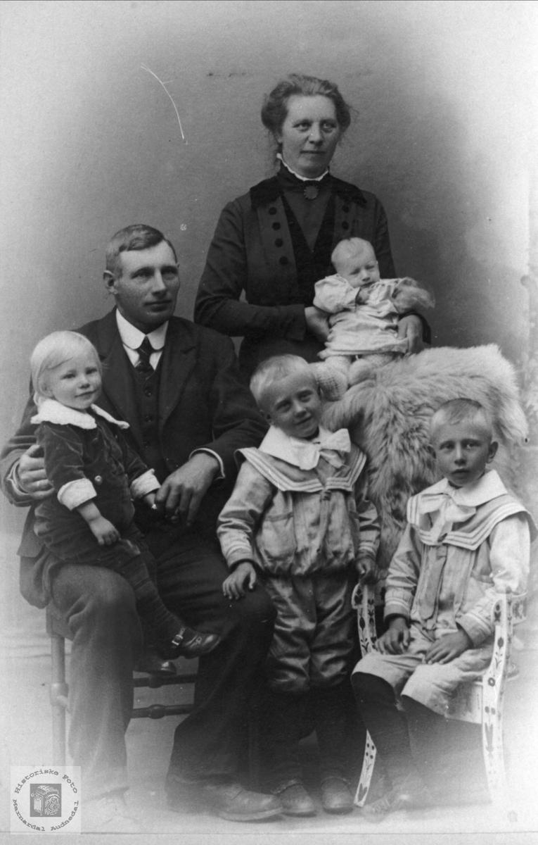 Portrett av familien Fossestøl, Øyslebø.
